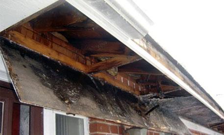 dachuberstand verkleiden dachrinnenheizung dachrinne eis schnee schneemassen dachlawine personenschaden sachschaden versicherungsschaden gebrochen gerissen unterbretter kosten